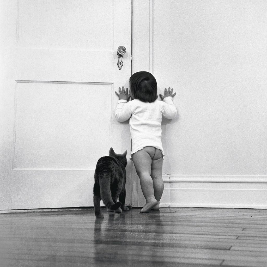 La hija de Chandoha, Paula, es rastreada por el gato de la familia, Loco, en 1951.