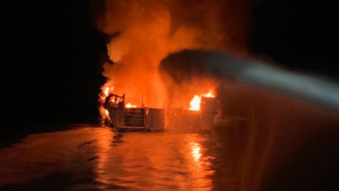 Bote de pasajeros en llamas en California