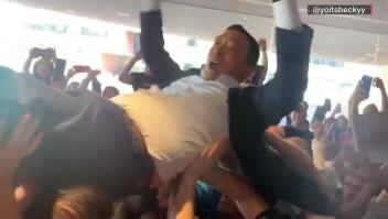 """Una multitud """"surfea"""" en brazos a este candidato"""
