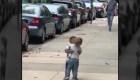 El abrazo de dos niños que enamoró a Internet