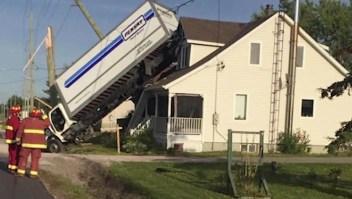 """Mira cómo un camión """"aterrizó"""" en el techo de una casa"""