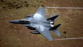 Un avión de combate F-15 de la Fuerza Aérea de Estados Unidos con base en RAF Lakenheath vuela por el Paso Dinas, conocido en el mundo de la aviación como el Mach Loop en Dolgellau, Gales. (Foto de Christopher Furlong / Getty Images)
