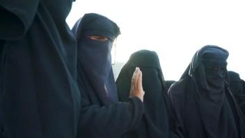 Esposas y viudas de ISIS adoctrinan a sus niños en el odio