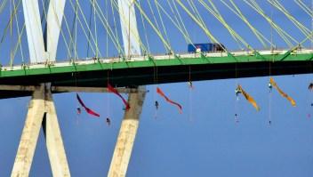 Arrestan a activistas de Greenpeace que protestaban colgados de un puente
