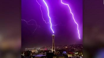 Un rayo ilumina la icónica torre Space Needle de Seattle