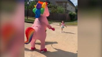 Madre se disfraza de unicornio y sorprende a su hija