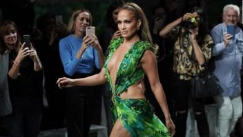 JLo y el icónico vestido verde cierran la pasarela de Versace