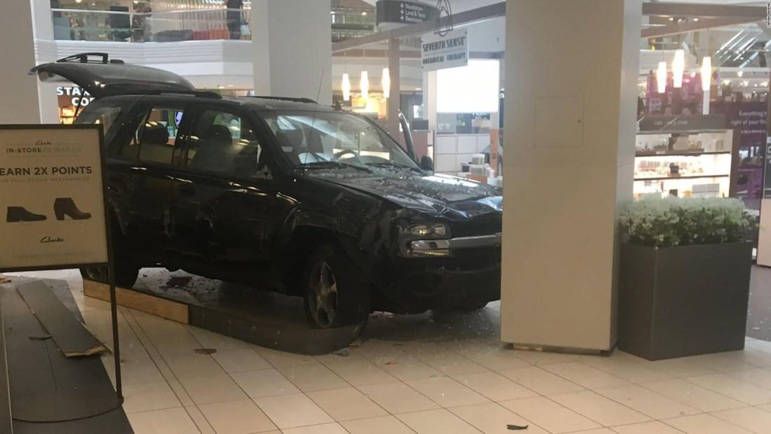 Camioneta causa pánico en centro comercial de Illinois
