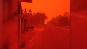 Una provincia de Indonesia bajo neblina roja