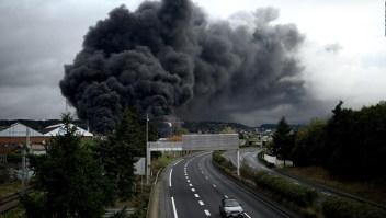 Un gran incendio consume una planta química en Francia
