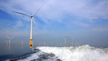Así se construye el campo eólico más grande en el mar