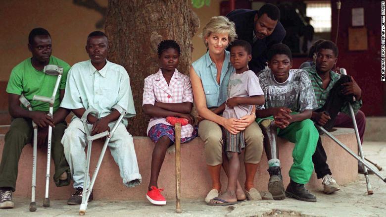 El príncipe Enrique sigue los pasos de Diana a través del campo minado de  Angola   CNN