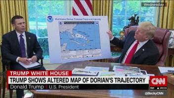 Trump muestra un mapa alterado de la trayectoria de Dorian