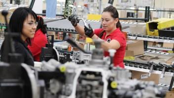 Trabajadores durante la fabricación de piezas