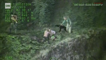 Rescatan a dos personas y a sus perros en un montaña en Alaska