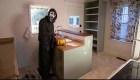 Vendedor se disfraza de asesino para vender casas