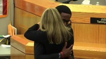 Con un abrazo un hombre perdona a la asesina de su hermano