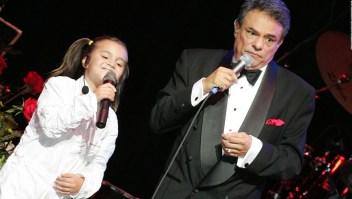 Homenaje a José José con karaoke masivo