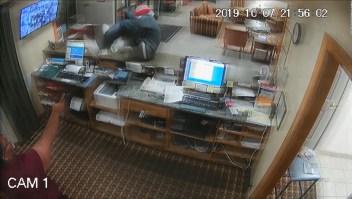Una recepcionista le quitó el arma a un ladrón y lo enfrentó
