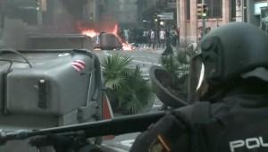 La policía intenta contener a manifestantes en Barcelona