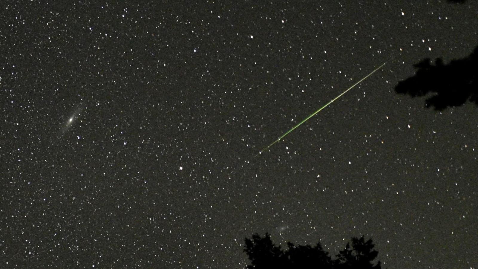 En esta imagen aparece el evento astronómico por excelencia de este mes relacionado con la lluvia de oriónidas.