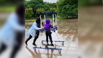 Niño con parálisis cerebral disfruta montar en su  patineta