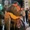 Un policía y una manifestante se abrazan por la paz