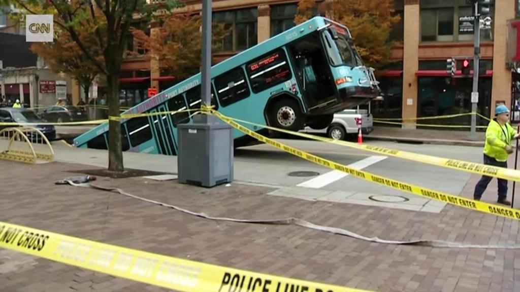 Enorme sumidero se traga un bus en EE.UU.