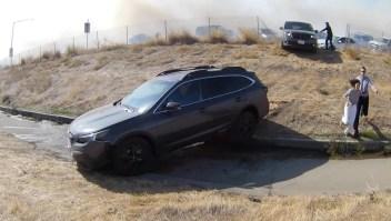 Autos escapan del fuego en el norte de California