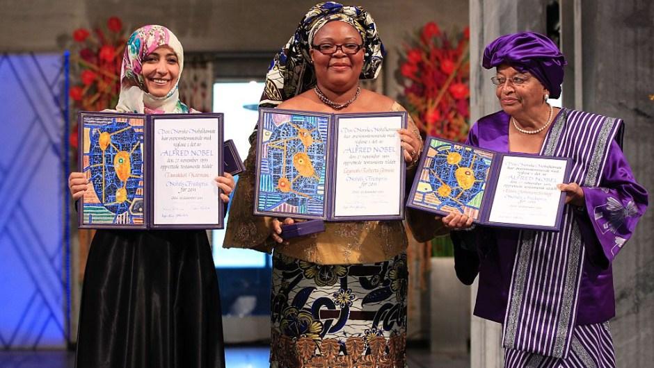 """El Premio Nobel de la Paz 2011, la expresidente de Liberia Ellen Johnson Sirleaf, la activista de Liberia Leymah Gbowee y la activista yemení Tawakkol Karman: """"Por su lucha no violenta por la seguridad de las mujeres y por los derechos de las mujeres a la plena participación en el trabajo de construcción de la paz""""."""