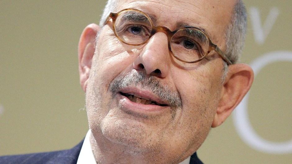 """El Premio Nobel de la Paz 2005, Agencia Internacional de Energía Atómica (OIEA) y Mohamed ElBaradei: """"Por sus esfuerzos para evitar que la energía nuclear se utilice con fines militares y para garantizar que la energía nuclear con fines pacíficos se utilice de la manera más segura posible""""."""