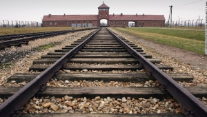 Campo concentración Auschwitz holocausto sobreviviente amenazas antisemitas BREZEZINKA - POLAND: The railway tracks leading to the main gates at Auschwitz II ? Birkenau which was built in March 1942 in the village of Brzezinka, Poland. The camp was liberated by the Soviet army on January 27, 1945, January 2005 will be the 60th anniversary of the liberation of the extermination and concentration camps, when survivors and victims who suffered as a result of the Holocaust will commemorated across the world. (Photo by Scott Barbour/Getty Images)