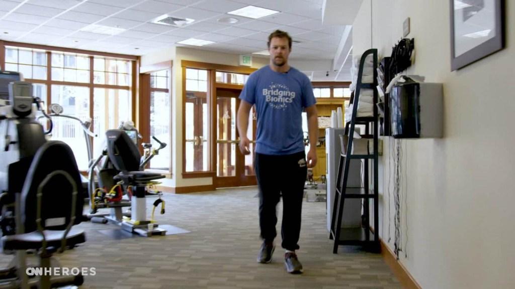 Héroe de CNN ayuda a un hombre a volver a caminar