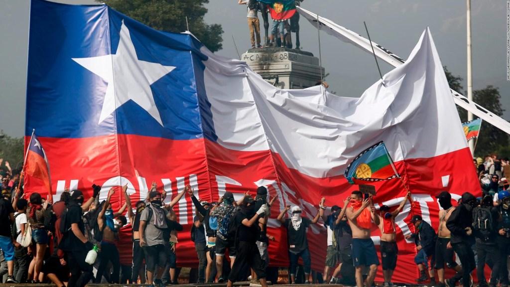 """""""Súper lunes"""" de protesta y pedido de renuncia de Piñera"""
