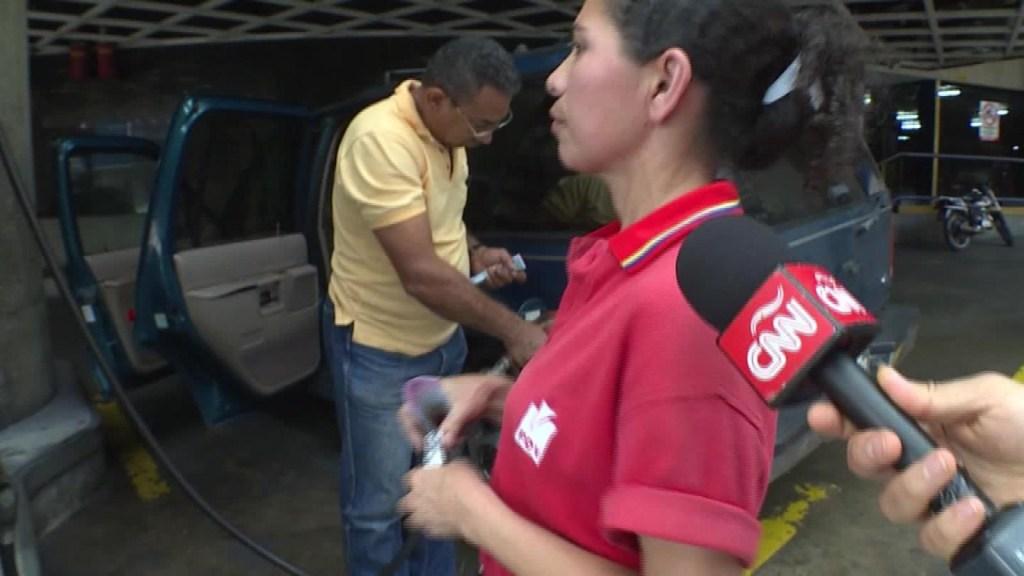 En Venezuela pagan gasolina con condones y goma de mascar