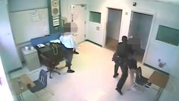 Policía escolar golpea a una estudiante de 15 años