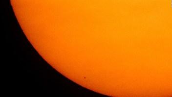 Mercurio, el planeta más pequeño, pasa frente al Sol