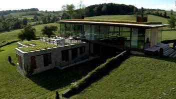¿Vivirías en una casa de cristal? Esta familia lo hace