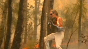 Abuela visita a koala que rescata de incendio en Australia