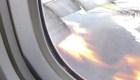 Graban motor de avión que se incendia en pleno vuelo