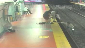Se distrae mirando su celular y cae a las vías del metro