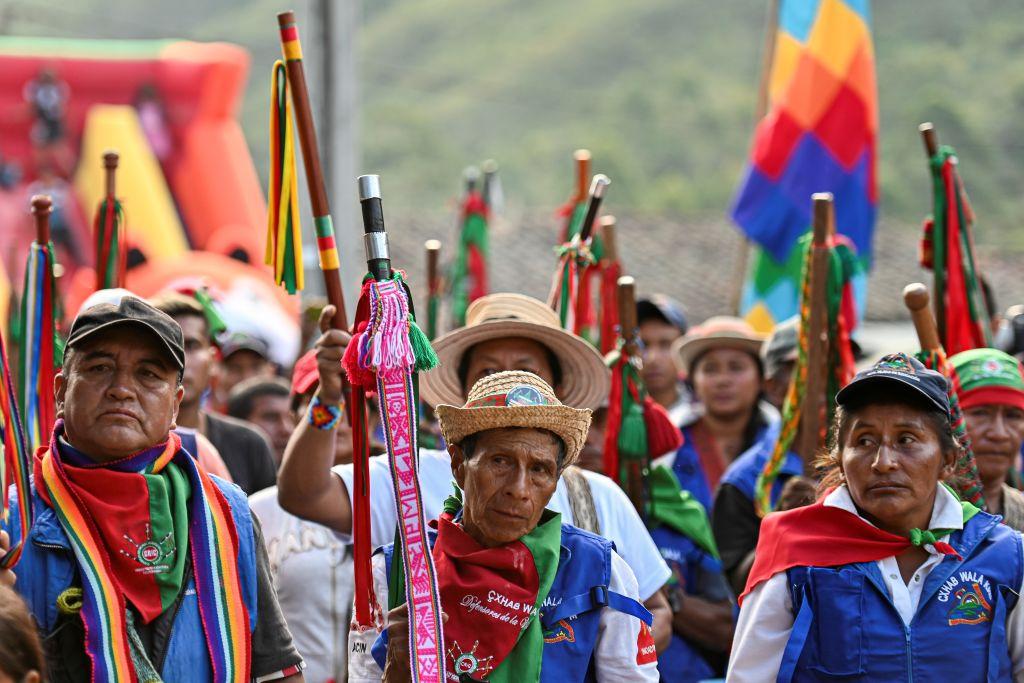 Defienden su territorio y enfrentan a los grupos armados con bastones de  mando: así es la Guardia Indígena de Colombia | CNN