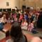 Compañeros de clase apoyan a un niño en su audiencia de adopción