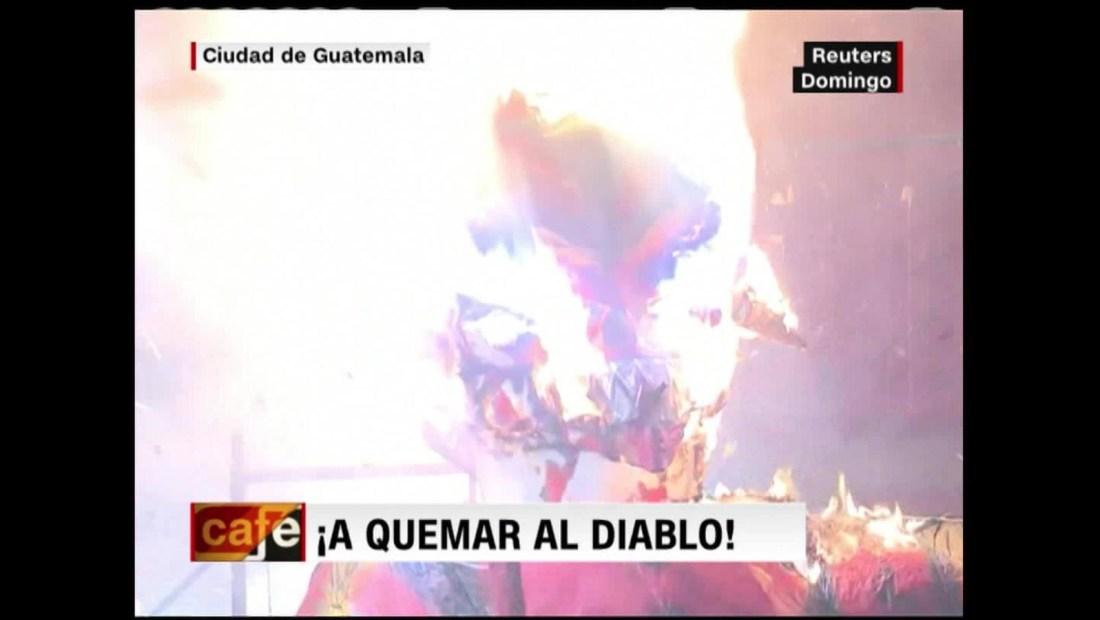 Queman a Diablo en Guatemala