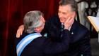 Macri entrega banda y bastón a Fernández