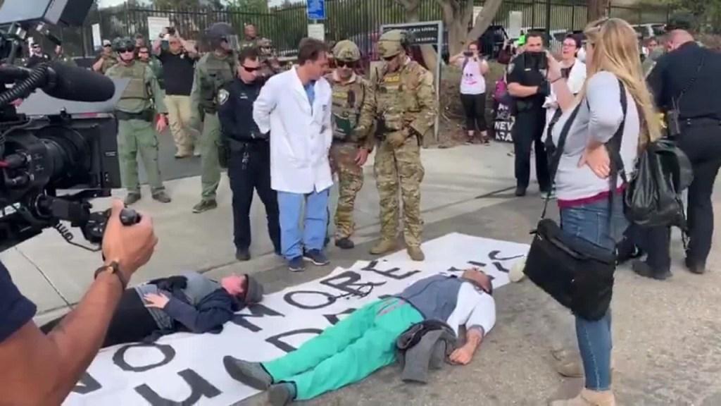 Protesta por negación a la vacunación gratuita a inmigrantes