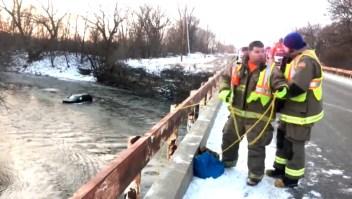 Joven es rescatado de un río gracias a Siri