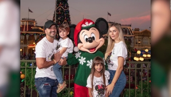 Luis Fonsi disfruta de especial navideño en Disney World