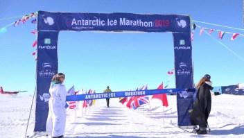 Hombre de 84 años rompe récord en el Maratón de Hielo de la Antártida