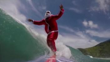 Santa surfista en Brasil